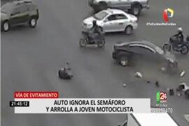 Vía Evitamiento: Un conductor ignora semáforo y arrolla a joven motociclista