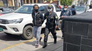 Arequipa: obrero que estranguló a esposa es entregado a la Policía por su padre