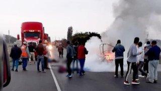 Mototaxi choca se estrella con un tráiler y se incendia con un pasajero dentro