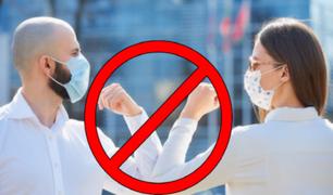 Covid-19: OMS recomienda evitar saludar con el codo porque no se guarda la sana distancia