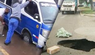 Trujillo: combi con pasajeros se hunde en enorme forado de una pista