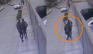 Mujer es asaltada por delincuentes en motocicleta