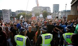 Reino Unido: policías y manifestantes se enfrentan durante protesta anticovid