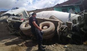 Huancayo: camión mezclador de concreto se despista y vuelca sobre vivienda