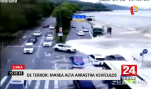 China: marea alta terminó arrastrando a varios autos