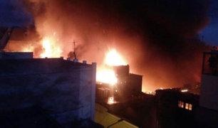 Voraz incendio redujo a cenizas dos viviendas en Chorrillos