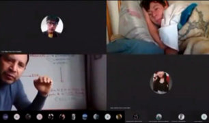 ¡Increíble! estudiante olvida apagar cámara y profesor lo ve acostado en su cama
