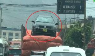 Imprudencia al volante: camión traslada un auto sobre colchones en plena carretera central