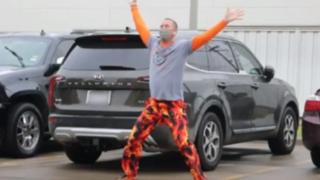 Estados Unidos: padre baila frente a un hospital para hacer reír a su hijo con leucemia