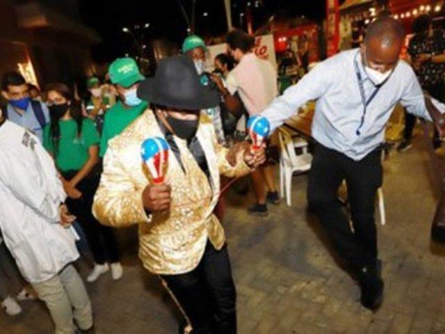 Clases de salsa volvieron a Colombia, pero con mascarillas y al aire libre