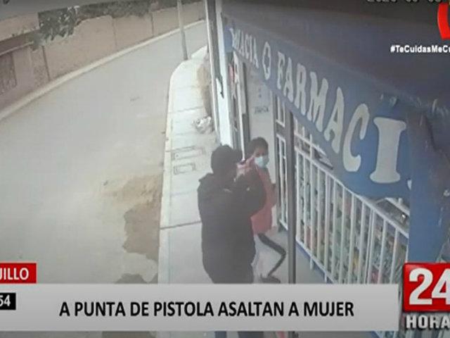 Trujillo: delincuentes asaltan a mujer mientras compraba en farmacia