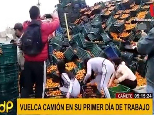 Cañete: camión de mandarinas se vuelca y buenos ciudadanos ayudan a recogerlas