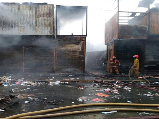 SJL: incendio redujo a cenizas 14 puestos del centro comercial  'La Cachina'