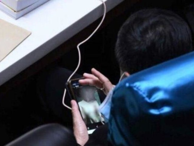 Tailandia: parlamentario fue captado viendo contenidos para adultos en pleno debate presupuestal