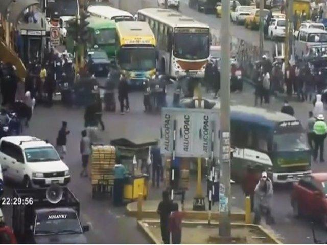Ambulantes y fiscalizadores protagonizaron violento enfrentamiento cerca a Mercado de Frutas