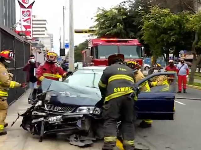 Cercado de Lima: dos heridos dejó choque entre colectivo y auto particular