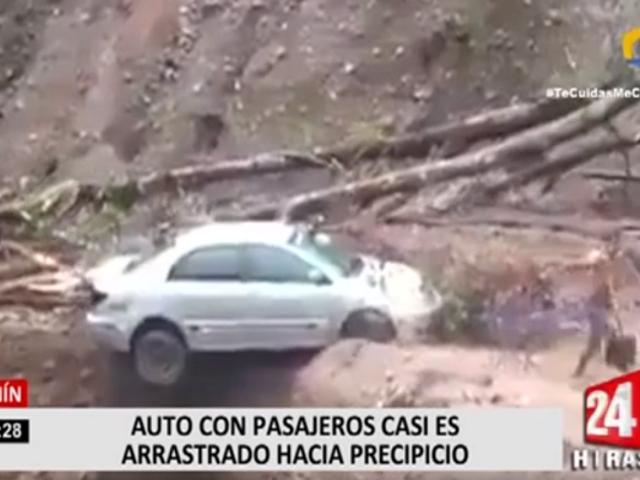 Junín: auto con pasajeros a bordo casi es arrastrado a precipicio por deslizamiento