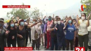 SJL: vecinos enfrentados con ambulantes que invadieron parque