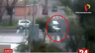 Surco: Motociclista sale volando tras estrellarse contra un automóvil