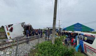 Tailandia: al menos 17 muertos y 29 heridos deja choque entre autobús y tren