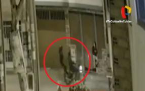 Hampones disparan y roban celular a joven en la puerta de su casa en SMP