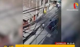 Chorrillos: delincuente roba cartera de un auto en marcha
