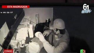 Comas: Cámaras captan a delincuente robando caja registradora de pollería