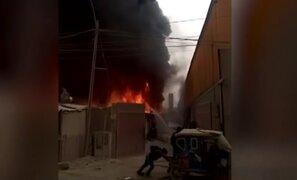 Incendio de grandes proporciones arrasó con fábrica de pinturas de Comas