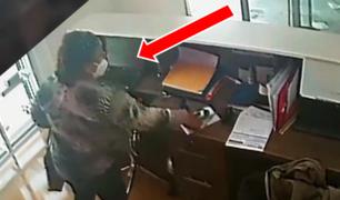 VES: mujer aprovechó ausencia del personal de atención para robar celulares y laptop