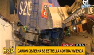 Chorrillos: camión cisterna de la municipalidad terminó empotrado contra una vivienda