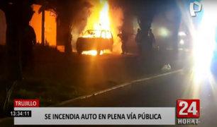 Trujillo: auto estacionado y sin ocupantes se incendia sorpresivamente