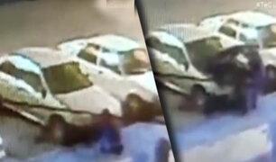 Los Olivos: cámara registra robo de batería de auto en pleno toque de queda