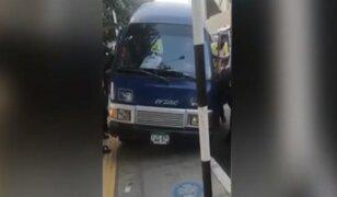 Conductor sin licencia casi atropella a fiscalizadores para escapar de operativo en Surco