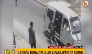 SJL: ladrones arrebatan celular a pasajero de combi en menos de un segundo