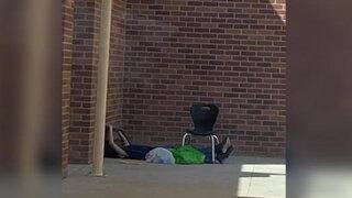 Niño va a escuela para colgarse del WiFi al no contar con internet en casa