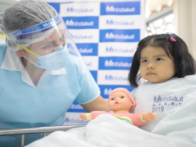 Médicos de EsSalud quitaron raro tumor a niña de 2 años y lograron salvarle la vida