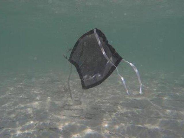 ¡Atentado contra el medio ambiente! Hallan mascarillas en playas de Cancún