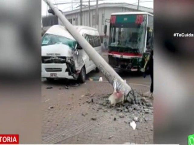 La Victoria: Poste aplasta una combi tras ser derribado por choque