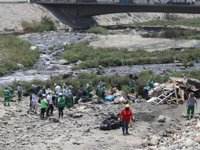 Limpian cauce del río Rímac a la altura de Puente Nuevo