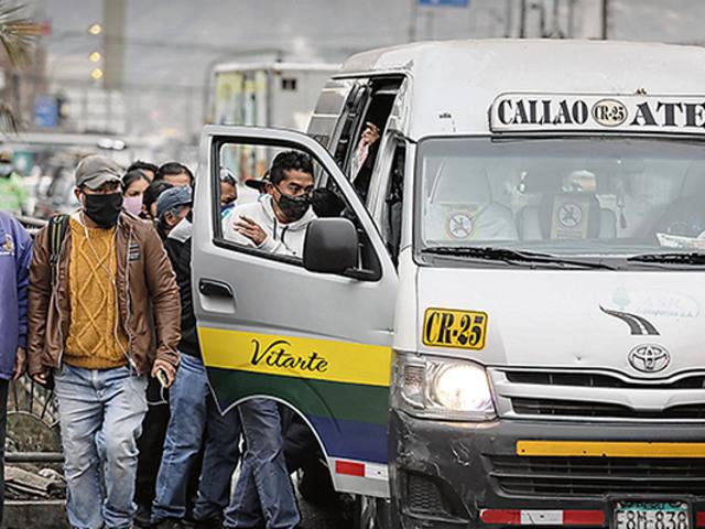 Congresista que impulsó permisos a combis tiene empresa de transporte y 17 papeletas
