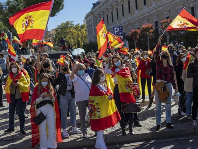 Cientos de españoles protestan contra el gobierno y las nuevas medidas anticovid