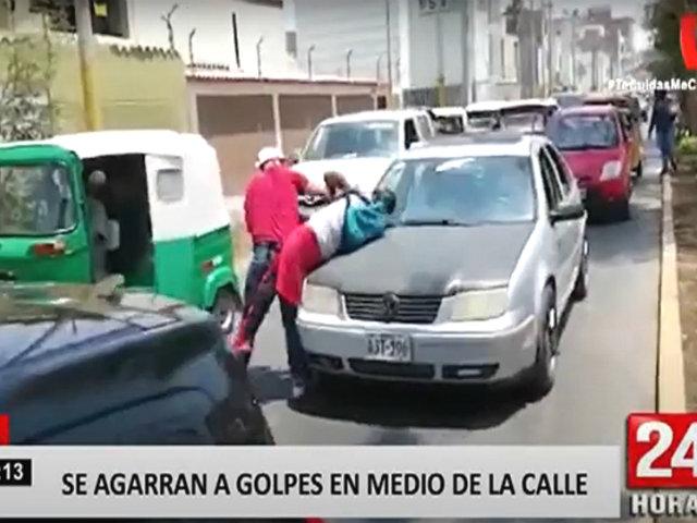 Dos ciudadanos extranjeros se agarran a golpes en medio de la vía pública