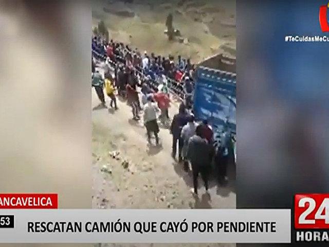Huancavelica: pobladores ayudan para remolcar camión que cayó a 100 metros de profundidad
