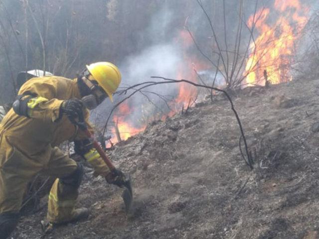 Autoridades y lugareños luchan para apagar dos incendios forestales en Áncash