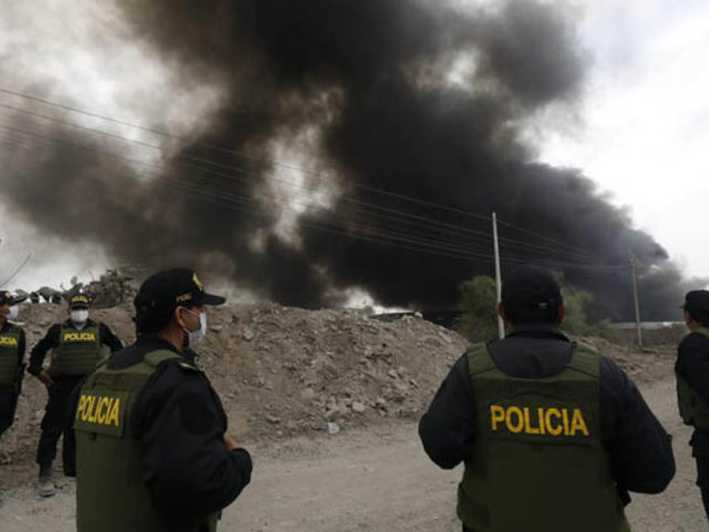 Reportan  que voraz incendio consume una fábrica de pinturas en Comas