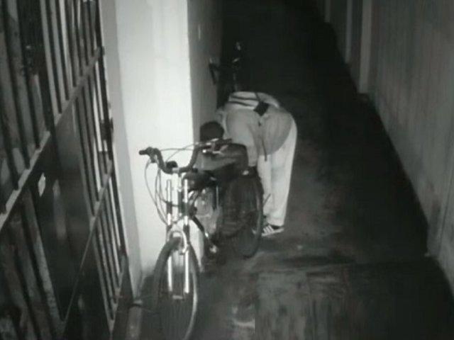 Ladrón sube hasta el sexto piso de edificio y roba bicicleta durante la madrugada