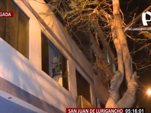 Familia escapa de incendio por la ventana del segundo piso de un inmueble en SJL
