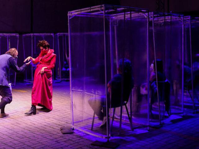 Teatro en Brasil: espectadores en cabinas de plástico para evitar contagio de Covid-19