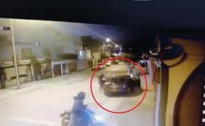 Conductor escapa de asalto tras acelerar su auto mientras forcejeaba con delincuentes