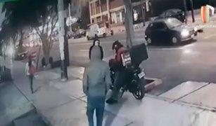 Hampones asaltan y roban motocicleta a repartidor de delivery en Chorrillos